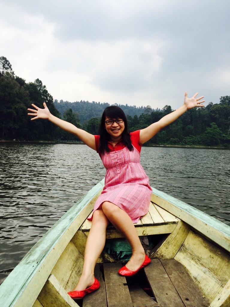Selfie di Perahu. Fokus kan sama warna merah? lol.