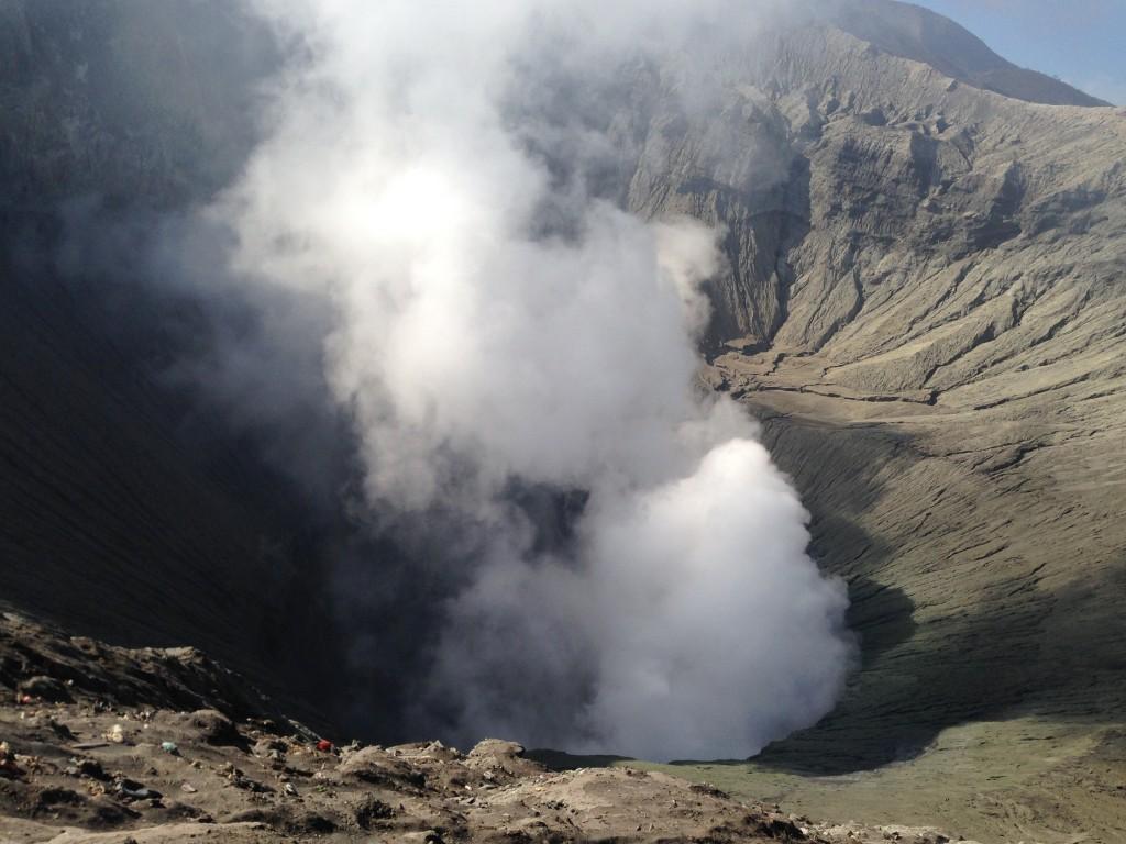 Kawah tertutup asap