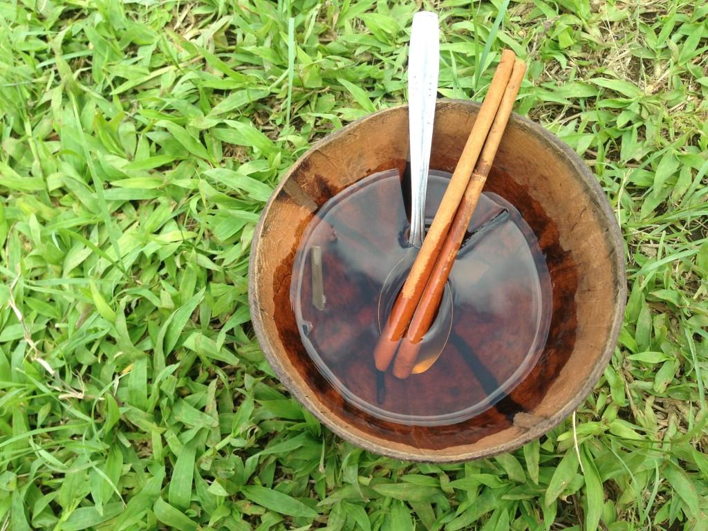 Teh daun kopi yang sudah ditambah gula dan diaduk dengan kayu manis