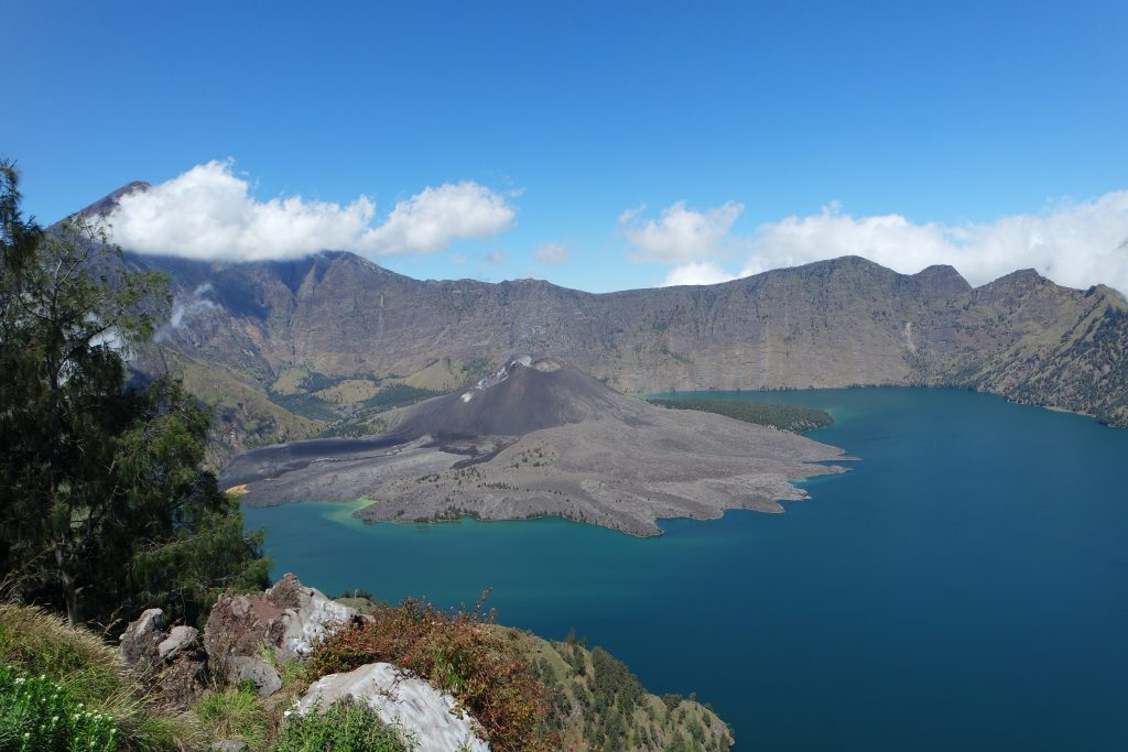 Gunung Barujari di danau Segara Anak, view saat pendakian menuju Plawangan Senaru