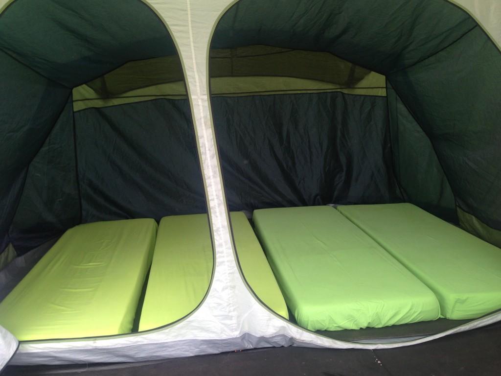 Bagian dalam tenda yang memiliki 4 kasur di dalamnya