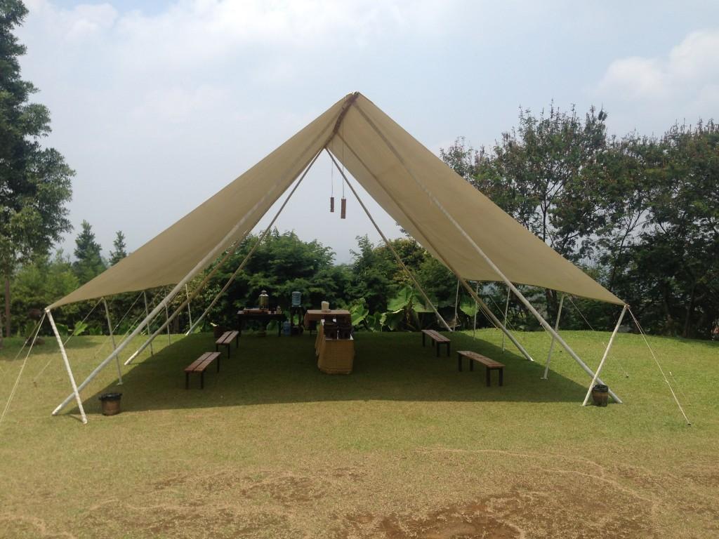 Tenda makan pada bagian bawah campsite