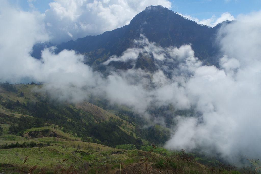 View perjalanan menuju Plawangan Senaru dari Danau Segara Anak