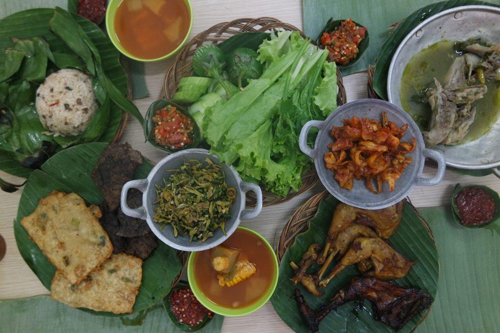 Masakan Sunda di Alas Daun